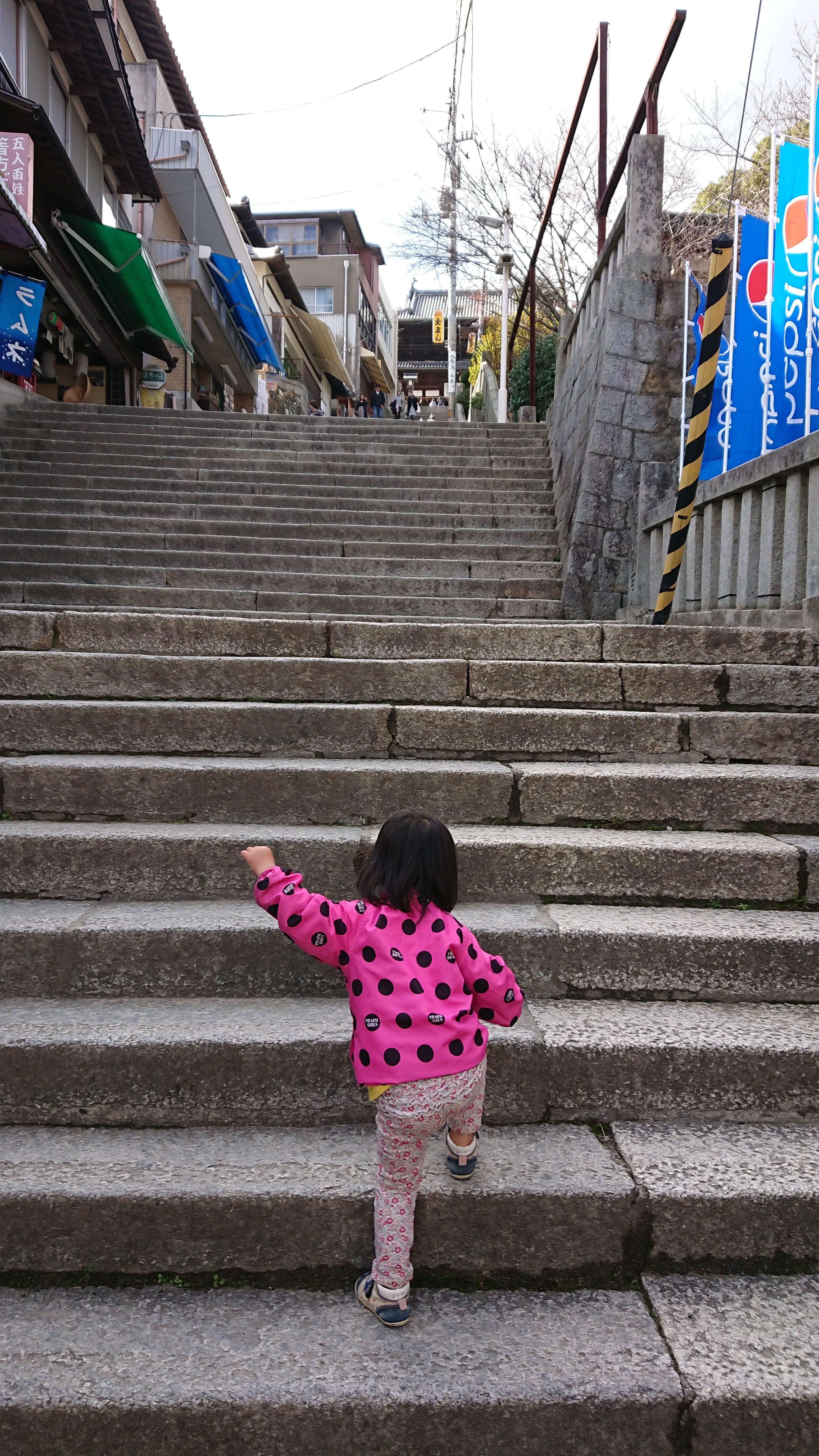こんぴらさん子連れで階段に登っている様子