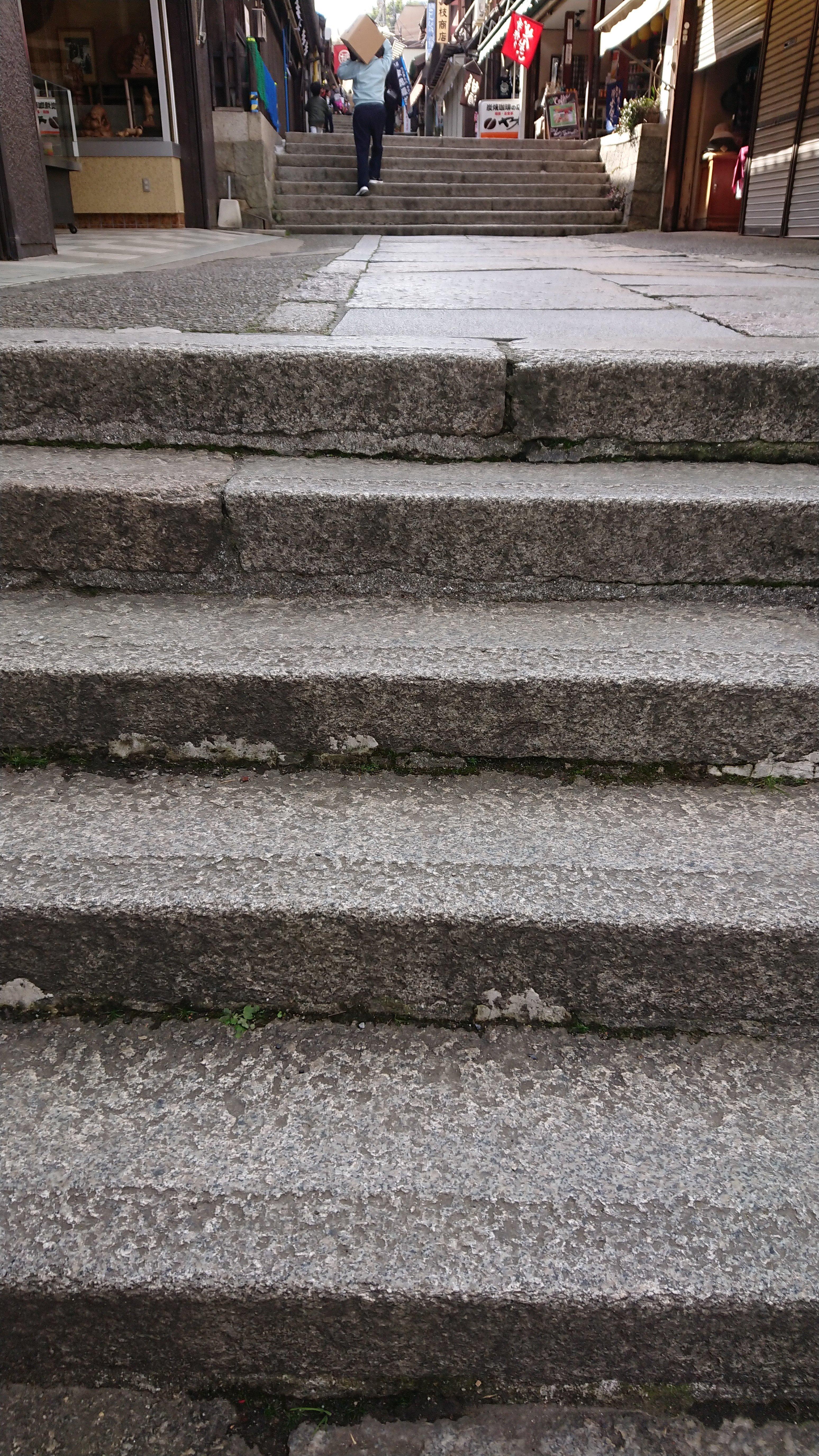 こんぴらさんを子連れで階段に登ったときの写真